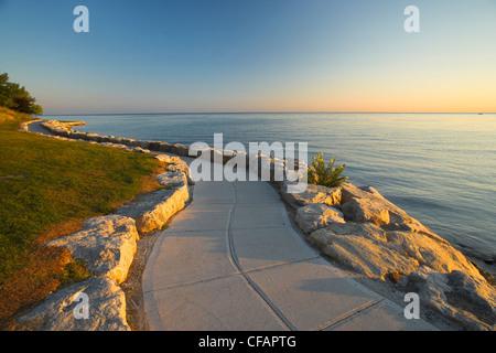 Chemin de pierre le long de la rive du lac Ontario au lever du soleil, Niagara-on-the-Lake, Ontario, Canada Banque D'Images
