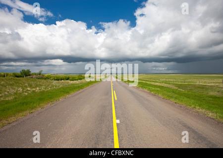 Menaces sur l'autoroute près de Val Marie, Saskatchewan, Canada.