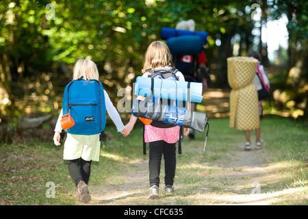 Deux jeunes campeurs à Sidney Island Marine Park, Sidney, Sud de l'île de Vancouver, Colombie-Britannique, Canada. Banque D'Images