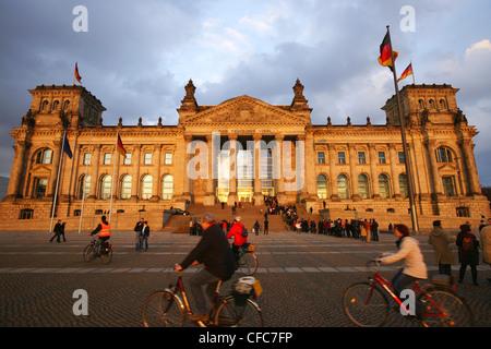 Les visiteurs devant le Parlement allemand, le Reichstag, Berlin, Germany, Europe Banque D'Images