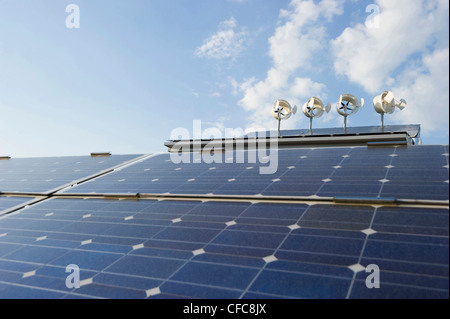 Les installations solaires et éoliennes sur un toit, Freiburg im Breisgau, Baden-Wurttemberg, Allemagne Banque D'Images