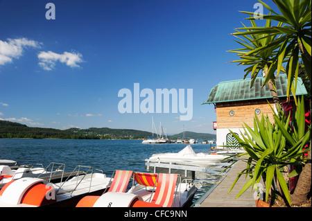 Ponton en bois avec des bateaux à voile et bateaux à pédales, du lac Wörthersee, Carinthie, Autriche, Europe Banque D'Images