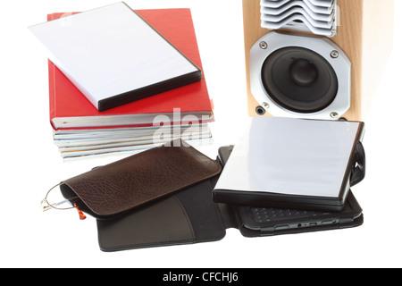 EBook reader pile de livres, isolé sur blanc noir multimédia audio haut Banque D'Images