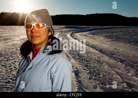 Une femme a son portrait Japonais-américain prises suite à l'utilisation sur une route enneigée dans Custer, État Banque D'Images