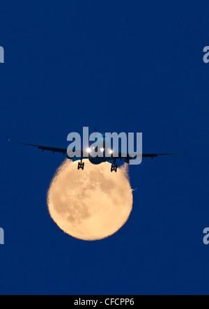 Airbus 330 passant approche pleine lune Vancouver Banque D'Images