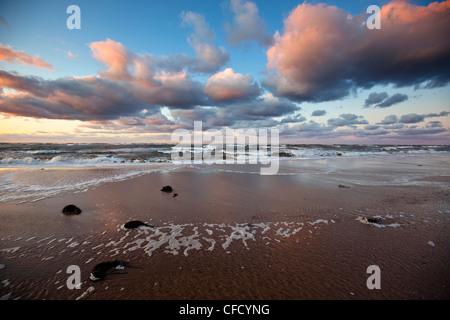 Vagues se brisant sur la plage, Covehead, Parc National de l'Île du Prince-Édouard, Canada Banque D'Images