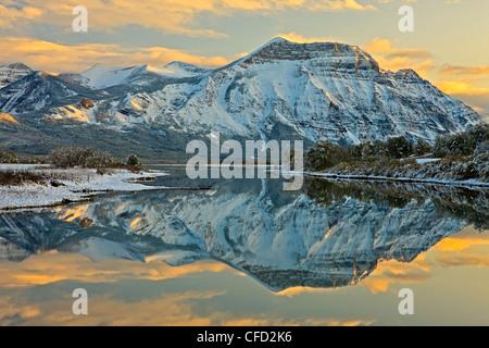 Réflexions de Mt sur Vimy lac Waterton Inférieur (Knight's Lake) au coucher du soleil à Waterton Lakes National Banque D'Images