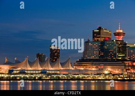 La Place du Canada, et des immeubles de grande hauteur de la ville de Vancouver, au crépuscule, en Colombie-Britannique, Banque D'Images