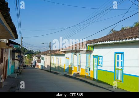 Maisons colorées, Salento, Colombie, Amérique du Sud Banque D'Images