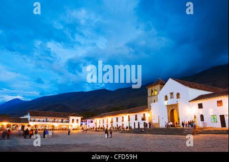 L'église paroissiale sur la Plaza Mayor, la plus grande place publique en Colombie, ville coloniale de Villa de Banque D'Images