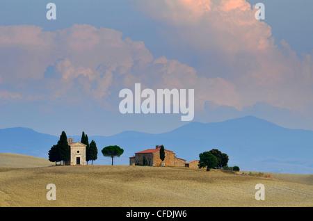 Chapelle en paysage idyllique, San Quirico d'Orcia, Toscane, Italie, Europe Banque D'Images