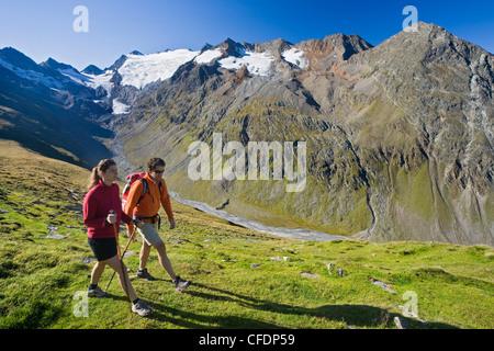 Jeune couple en randonnée dans les montagnes, Obergurgl, Alpes Ötztal, Tyrol, Autriche, Europe Banque D'Images