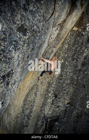 Grimpeur Trad sur North Star à Topside, parc provincial Stawamus Chief, Squamish, British Columbia Canada Banque D'Images