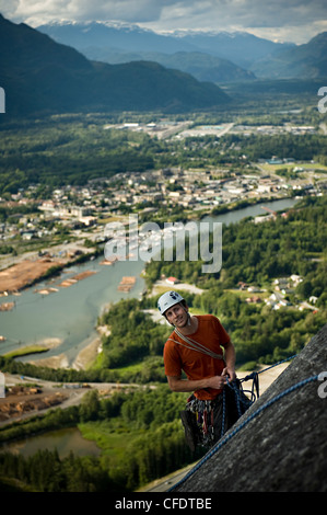 Grimpeur Trad toping hors mur Tantalus, parc provincial Stawamus Chief, Squamish, British Columbia Canada Banque D'Images