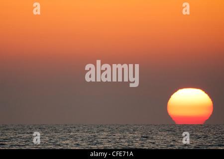 Le soleil se couche sur la mer Banque D'Images