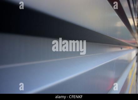 D'une ondulation rectangulaire en aluminium ou en acier dans la diminution de la paroi à droite perspective Banque D'Images