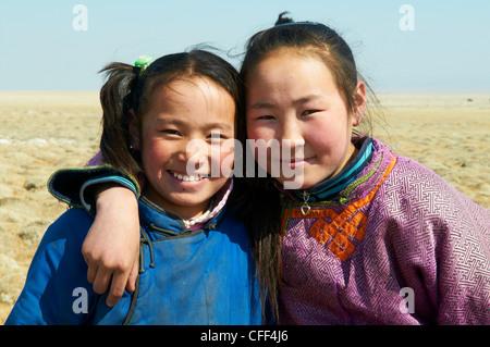 Les jeunes filles en costume traditionnel mongol (deel), province de Khovd, Mongolie, Asie centrale, Asie Banque D'Images