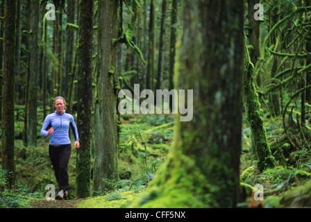 Les femmes trail running à Golden Ears Provincial Park, British Columbia, Canada. Banque D'Images