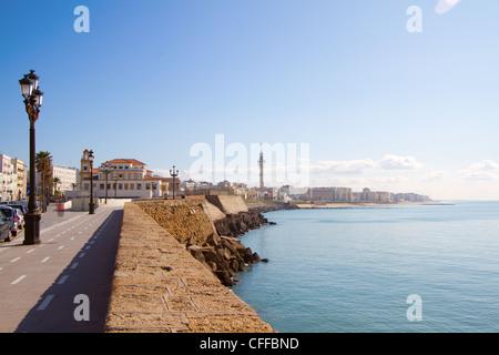 Vue sur la promenade en bord de mer à Cadix, Espagne