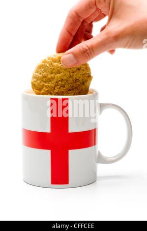 Biscuit tremper dans la tasse de thé Banque D'Images