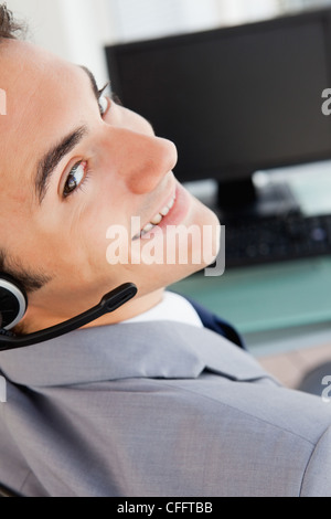 Portrait of a handsome businessman avec un casque