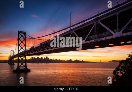 Le San Francisco - Oakland Bay Bridge (connu localement sous le Bay Bridge) Banque D'Images