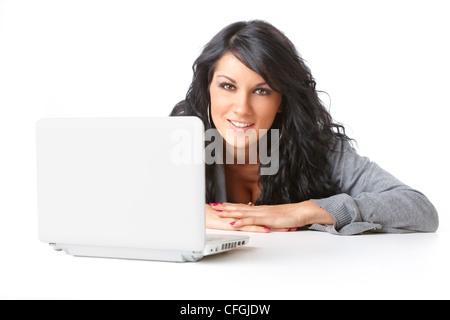 Portrait de belle jeune fille portant sur le plancher à l'aide d'un ordinateur portable sur fond blanc. Isolé Banque D'Images