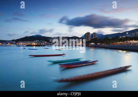 Les bateaux-dragons dans le port de Sai Kung, nouveaux territoires, Hong Kong, Chine, Asie Banque D'Images