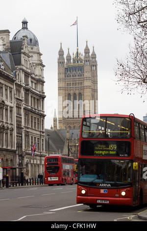 London Bus se déplaçant 10 Downing street avec Big Ben en arrière-plan Banque D'Images