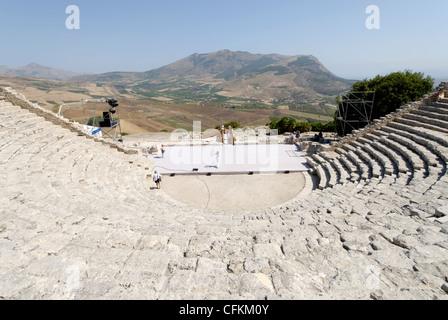 Segesta. La Sicile. L'Italie. Vue depuis l'arrière du théâtre grec qui se dresse sur la partie la plus haute de Banque D'Images