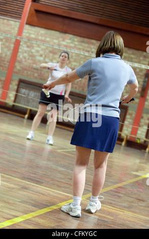 Deux femmes jouer au badminton à leur club local, Newmarket Suffolk UK Banque D'Images