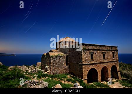 Vue de nuit (1 heures) de l'église byzantine de Sainte-Sophie, sur la partie supérieure' château de Monemvasia, Banque D'Images
