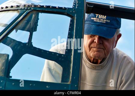 Le lieutenant-colonel Harry Ziegler, retraité du corps des Marines des États-Unis, regarde son Avenger Grumman restauré lors de l'Open House de la nation de l'aviation de 2011, le 11 novembre, à la base aérienne de Nellis, la nation de l'aviation de la Nevada célèbre 70 ans de puissance aérienne à Las Vegas et les réalisations de la Force aérienne dans l'air, l'espace et le cyberespace. (