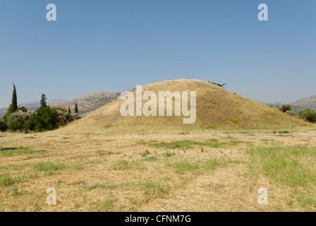 Marathon. La Grèce. Vue sur le tertre ou tumulus de la 192 hoplites Athéniens morts au combat ici contre la Banque D'Images