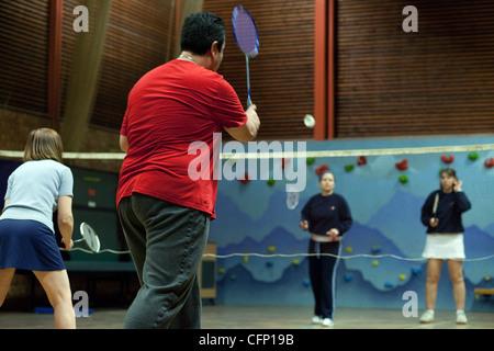 Personnes jouant un jeu de badminton de doubles, Newmarket Suffolk UK Banque D'Images