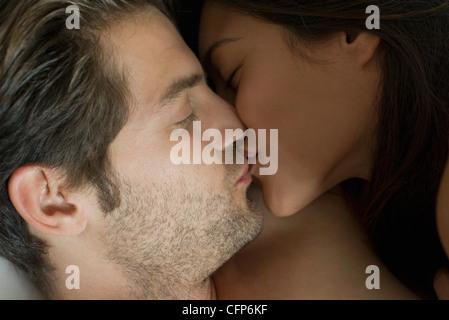 Les jeunes coupld kissing Banque D'Images