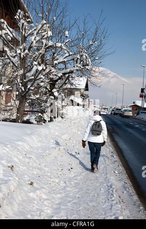 Megève: Marcher sur la RN 212 en direction de Sallanches et de Genève,Arêtes de Varan (2544 m) en arrière-plan Banque D'Images