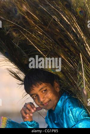 Hiram Patel, 12 ans, de Perry, la Géorgie se trouve sous son costume de plumes de paon au cours de cérémonies de Banque D'Images