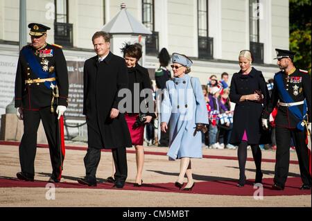 Oslo, Norvège. 10/10/2012. (De gauche)Le roi Harald vu avec le président finlandais Sauli, l'épouse de Niinsto Sauli Banque D'Images