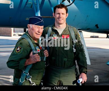 United States Air Force à la retraite Brig. Le général Chuck Yeager, 89, avec le capitaine pilote de l'Armée de Banque D'Images