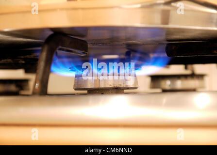 Un lit d''une cuisinière à gaz chauffage d'une casserole d'argent. Deux autres plaques de cuisson non éclairé peut Banque D'Images