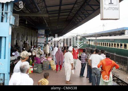 Les familles, y compris les femmes et les enfants en attente à la plate-forme de Karachi Station Cantt comme les Banque D'Images