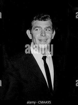 """3 juillet 2012 - Caroline du Nord, États-Unis - Andy Griffith (1 juin 1926 - 3 juillet 2012), acteur, réalisateur, producteur, Grammy award-winning le sud-chanteuse de gospel, et l'écrivain est décédé à son domicile sur l'île de Roanoke dans Dare County, Caroline du Nord à l'âge de 86 ans. Mieux connu comme shérif Andy Taylor dans la série 'The' et Ben Matlock dans 'Matlock"""" (1986-1995). Photo - date inconnue - Andy Griffith. (Crédit Image: © Sylvia Norris/Photos/ZUMAPRESS.com) Globe"""