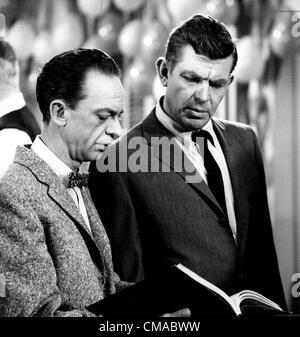 """3 juillet 2012 - Caroline du Nord, États-Unis - Andy Griffith (1 juin 1926 - 3 juillet 2012), acteur, réalisateur, producteur, Grammy award-winning le sud-chanteuse de gospel, et l'écrivain est décédé à son domicile sur l'île de Roanoke dans Dare County, Caroline du Nord à l'âge de 86 ans. Mieux connu comme shérif Andy Taylor dans la série 'The' et Ben Matlock dans 'Matlock"""" (1986-1995). Photo - date inconnue - DON KNOTTS ET ANDY GRIFFITH.(Image Crédit: © Globe Photos/ZUMAPRESS.com)"""