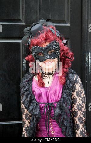 Whitby, Yorkshire, UK 2 Octobre, 2013. 13 Trinity Stark, portant robe, un masque et perruque rouge à the UK'S Biggest Banque D'Images