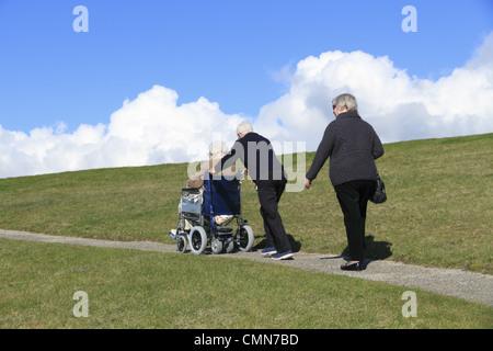 Les personnes âgées faire une promenade dans la campagne, Beachy Head, le Parc National des South Downs près de Banque D'Images
