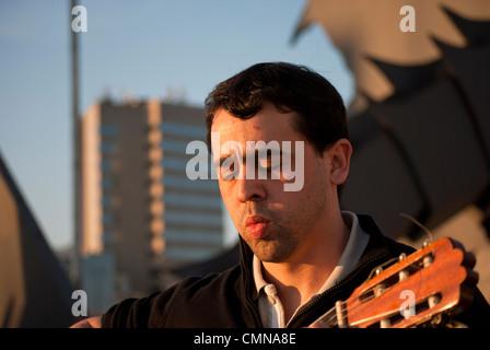 Photos de musicien dans un parc à jouer du classique ou de la guitare espagnole Banque D'Images