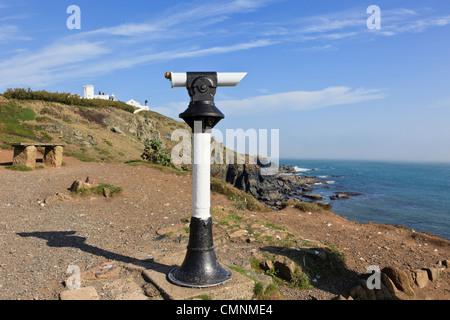 Télescope Public sur une falaise donnant sur la péninsule de Cornouailles avec phare au-delà sur le cap Lizard Cornwall Banque D'Images