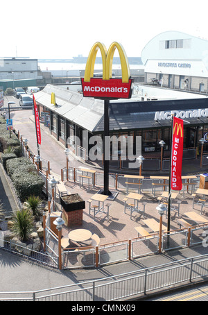 McDonald's restaurant grâce à l'entraînement dans le port de plaisance de Brighton. Photo par James Boardman. Banque D'Images