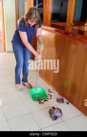 Arica Chili Avenida Rafael Sotomayor Hôtel Amaru business lobby petit budget ménage ménage femme hispanique vase Banque D'Images
